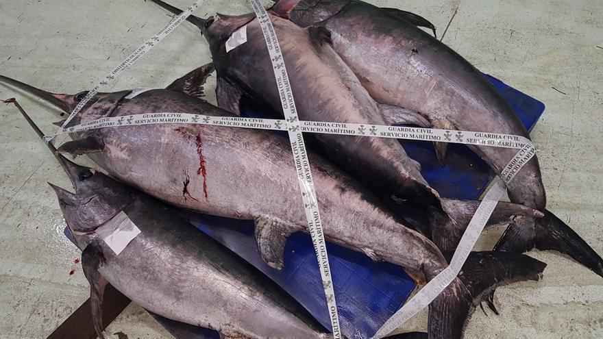 La Guardia Civil se incauta de casi 300 kilos de pez espada de origen irregular en el puerto de A Coruña