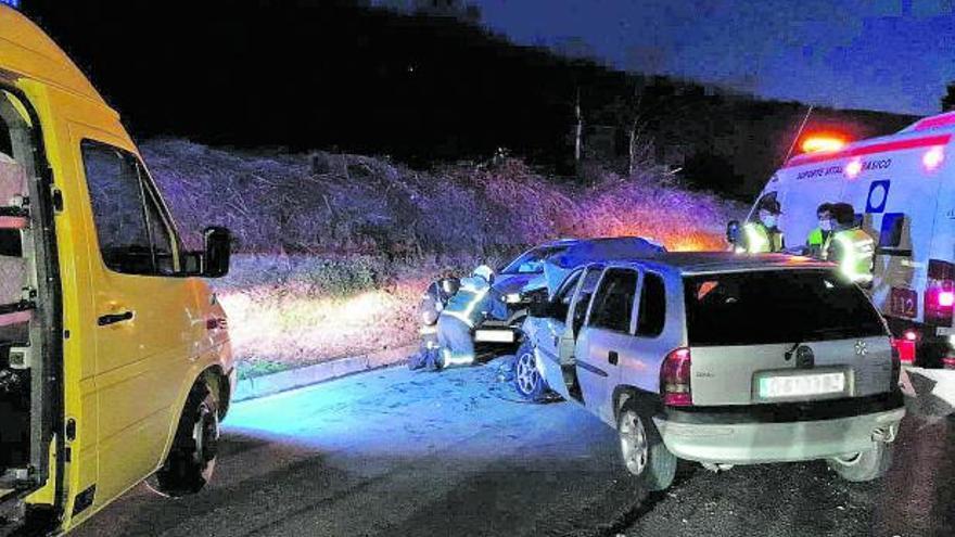 Heridos dos conductores al chocar frontalmente cerca de la localidad de La Millariega, en Tineo