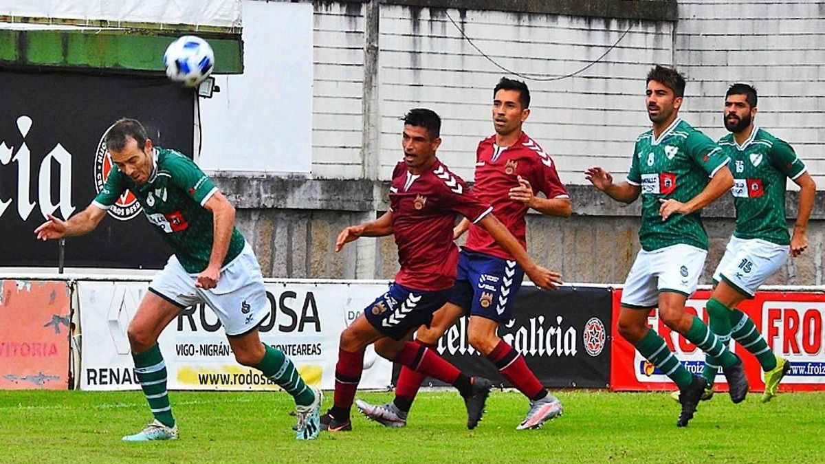 Una jugada en el amistoso que disputó el Pontevedra contra el Coruxo.