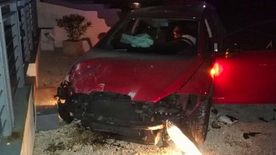 Una conductora ebria y drogada se estrella contra una farola y varias casas en Mallorca