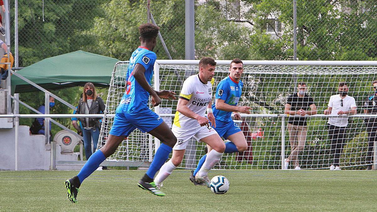 La UD Barbadás y el Atlético Arnoia, durante la primera vuelta en Os Carrís.  | .// IÑAKI OSORIO