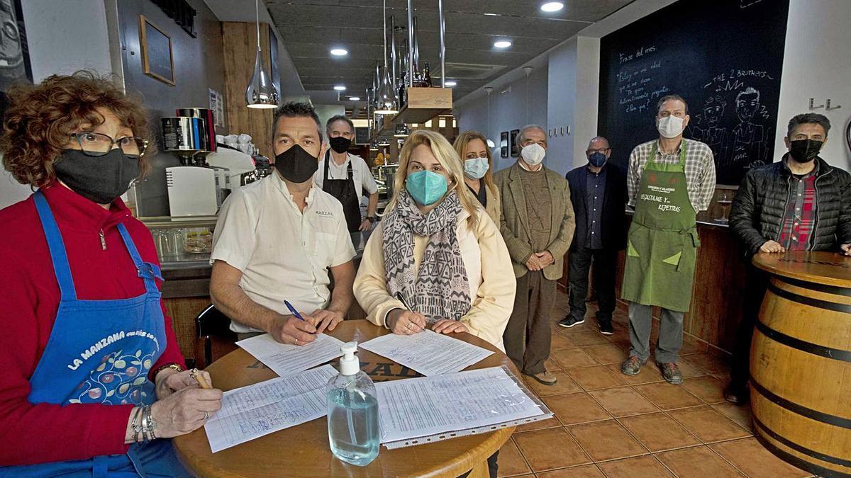 Vecinos, comerciantes y restauradores han iniciado la recogida de firmas. | JOSÉ MANUEL LÓPEZ