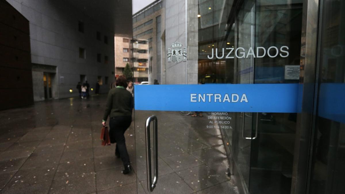 Acepta dos años y medio de cárcel por asaltar cinco lavanderías de Oviedo para llevarse 5.000 euros