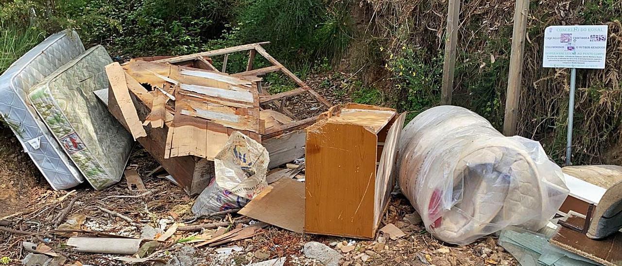 Uno de los vertidos de muebles y colchones hallados en O Rosal.