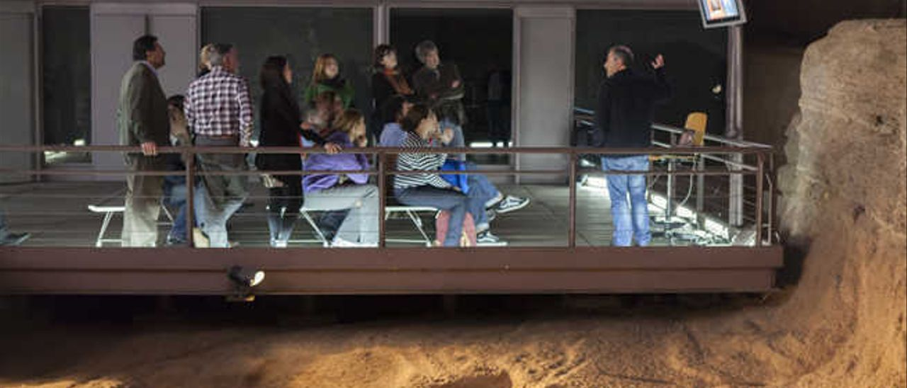 Los especialistas durante su visita esta semana a la Cueva Pintada, en una sesión de trabajo.