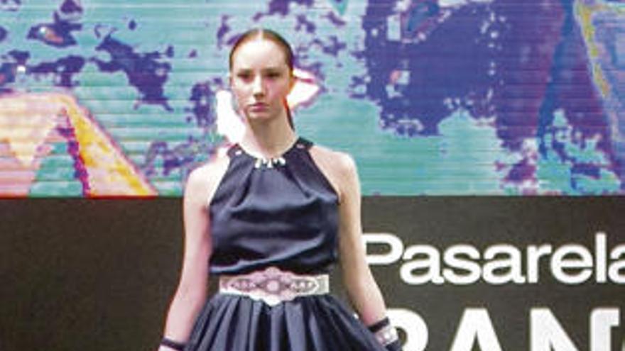 La moda japonesa de Hashizume se sube a la Mostra do Encaixe de Camariñas