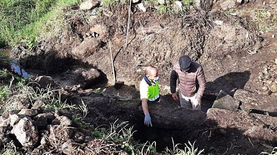 La brigada de albañilería y cantería acomete la mejora de la Fonte de Vilar, en Belus