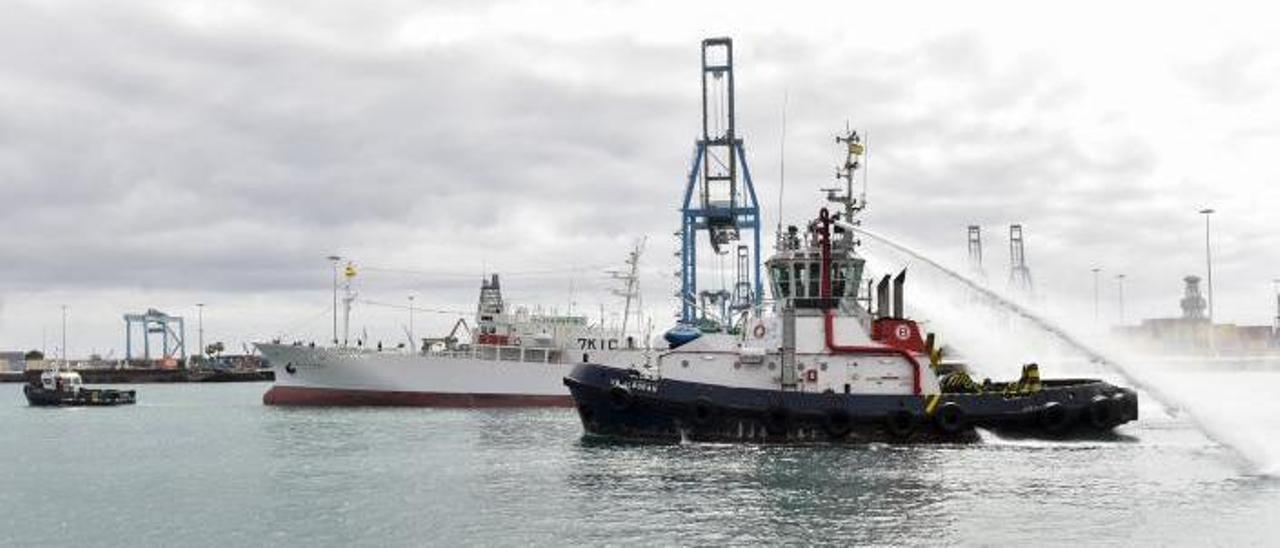 El remolcador 'VB Alborán' escolta al pesquero 'Koryo Maru 88' en su primera escala en el Puerto de Las Palmas,  | ANDRÉS CRUZ
