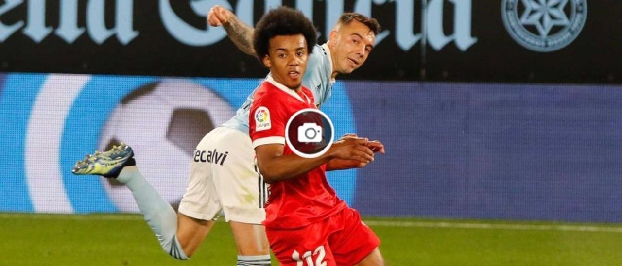 Iago Aspas y Jules Koundé pugnan por un balón durante el partido