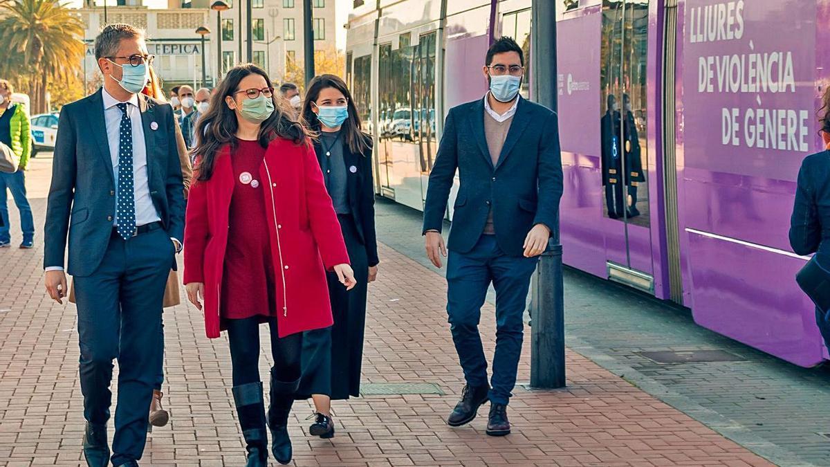 El conseller España y la vicepresidenta Oltra, en la presentación de la campaña en metro y autobús. | LEVANTE-EMV