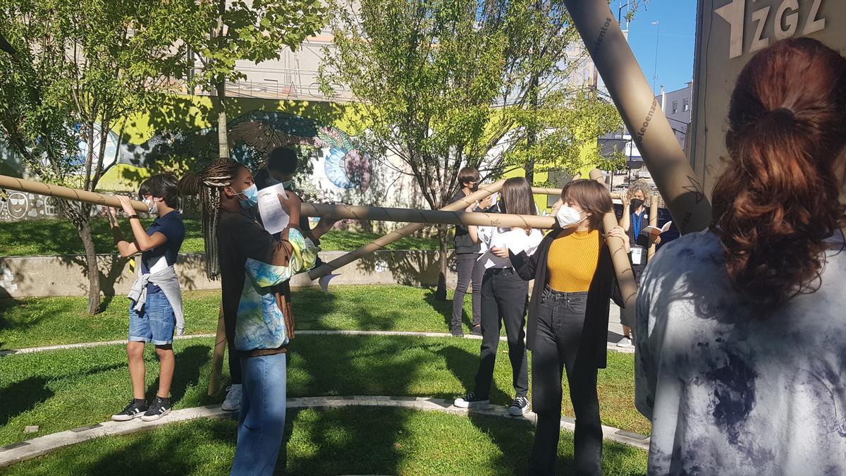 Los estudiantes del colegio La Salle Montemolín con sus susurradores durante la actividad de Atrapavientos.