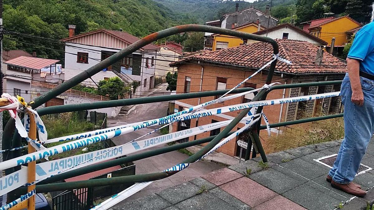 Arriba, un vecino pasea junto a una valla rota en el barrio de La Joécara. A la izquierda, una zona sin desbrozar en El Pontón.