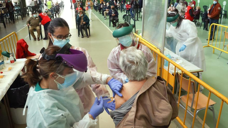 Castilla y León espera tener vacunados a los mayores de 60 años a finales de junio