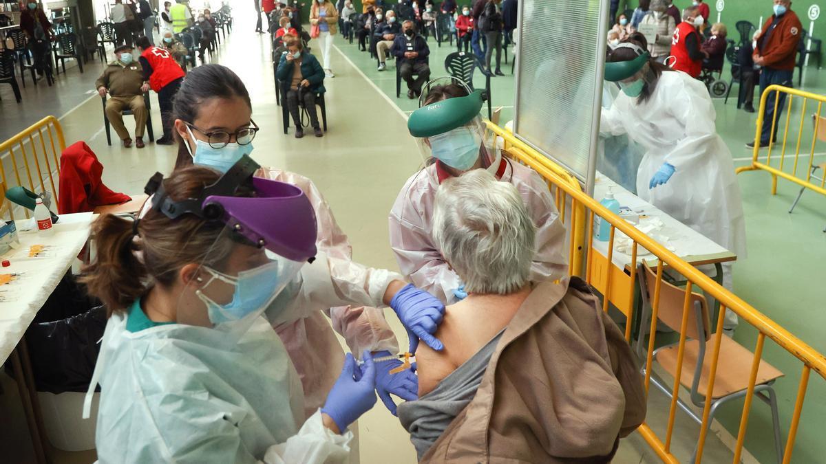Una mujer recibe la vacuna contra el COVID en Ciudad Rodrigo, Salamanca.