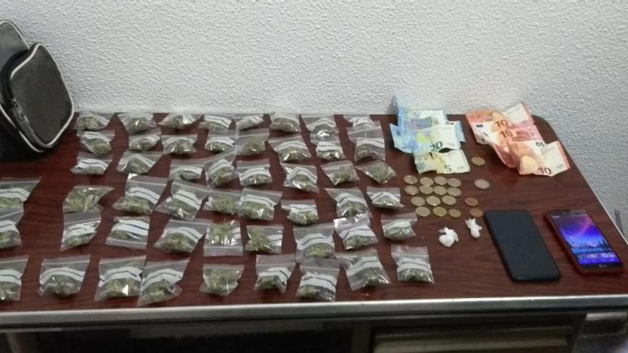 Detenido en Elda un conductor que llevaba medio centenar de bolsitas de marihuana