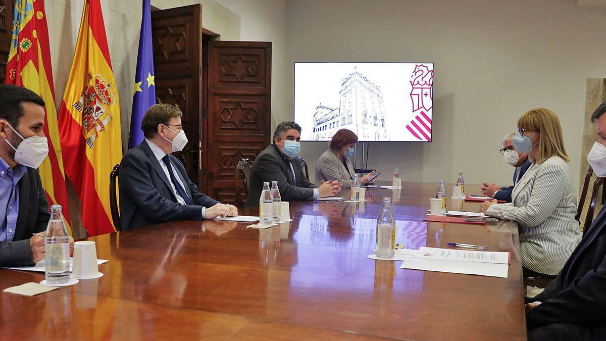 Representants de la FSMCV junt a Puig, Calero, Marzà y Uribes.  l-emv