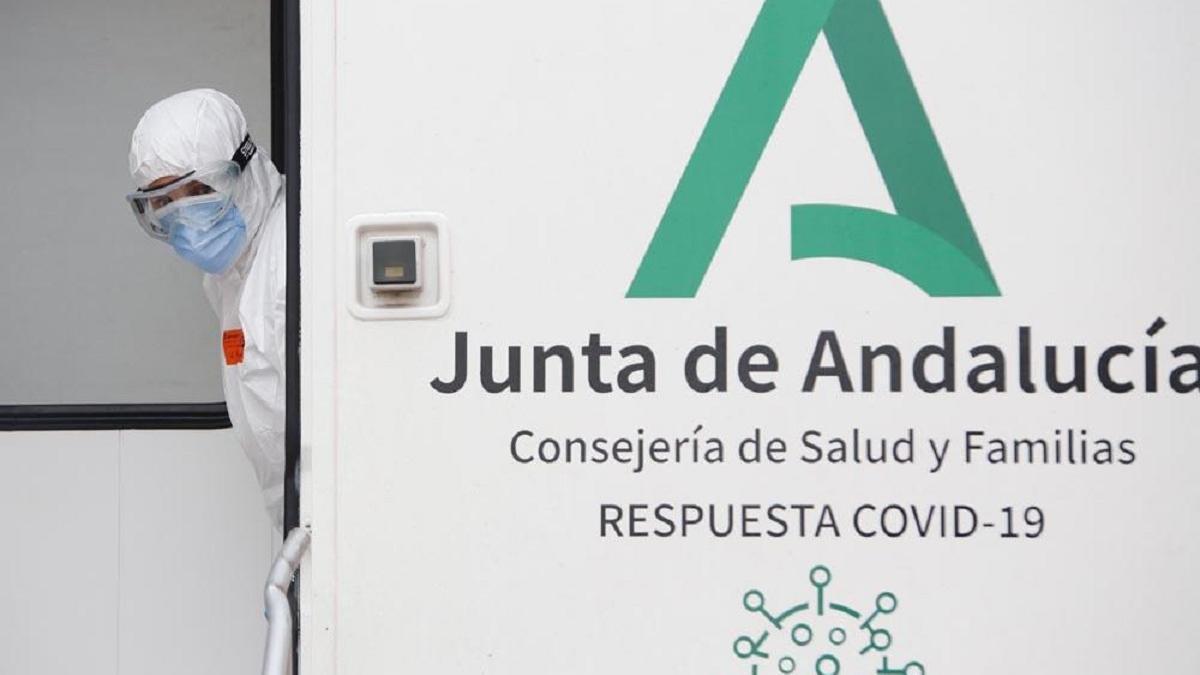La Unidad Móvil de la Consejería de Salud y Familias de la Junta de Andalucía que se desplaza para realizar los cribados de test covid.
