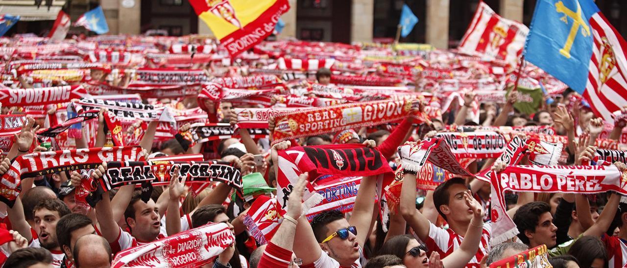 Aficionados rojiblancos celebran el último ascenso en la plaza Mayor