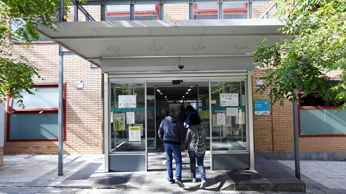 Unos pacientes acceden al centro de salud de Torrero-La Paz.