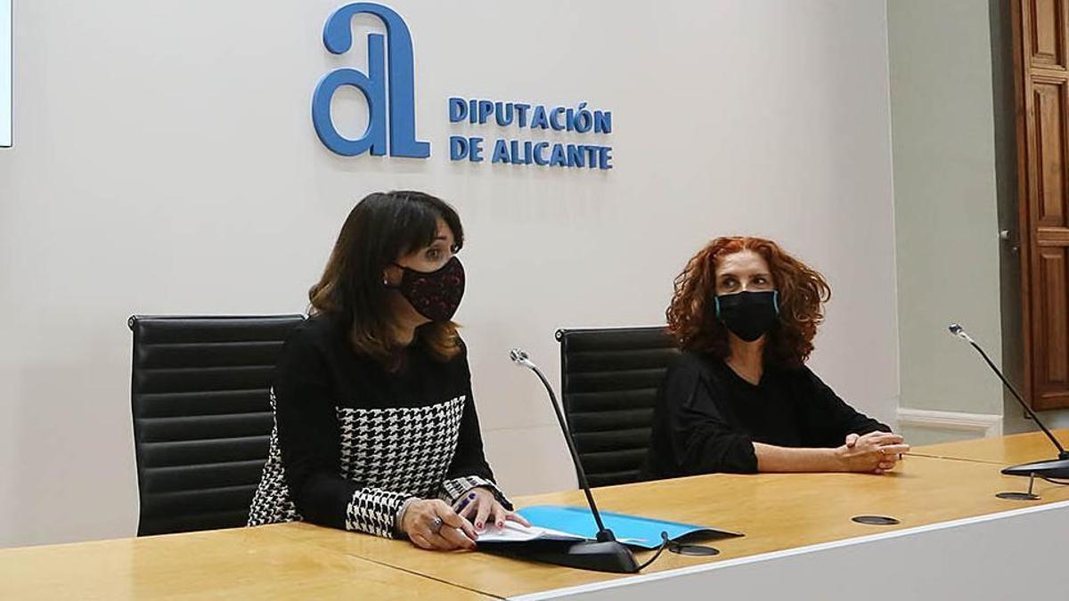 La ganadora, Amparo Vayà, a la derecha, junto a Julia Parra.