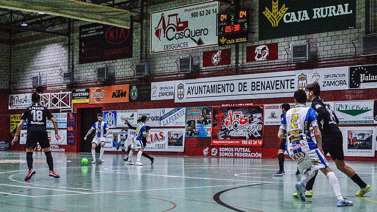 Los jugadores del Atlético Benavente trazan una jugada de ataque ante el África Ceutí. | D. S.