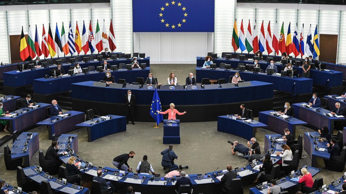 La presidenta de la Comisión Europea, Ursula von der Leyen, en un discurso durante una sesión plenaria del Parlamento Europeo.