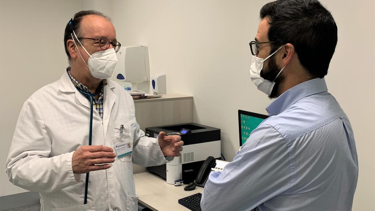 El jefe de Neumología del hospital QuirónSalud Córdoba, Luis M. Entrenas, con un paciente.