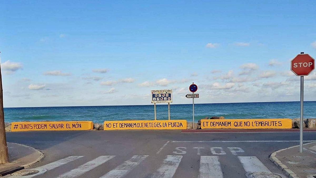 Los voluntarios que se encargan de limpiar en la playa de Almassora han pintado los muros para concienciar a la gente