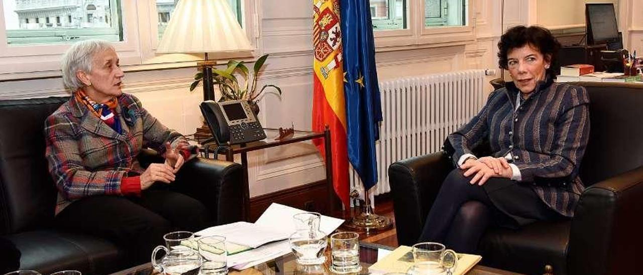 La consejera Carmen Suárez y la ministra Isabel Celaá, ayer, durante su reunión en Madrid.