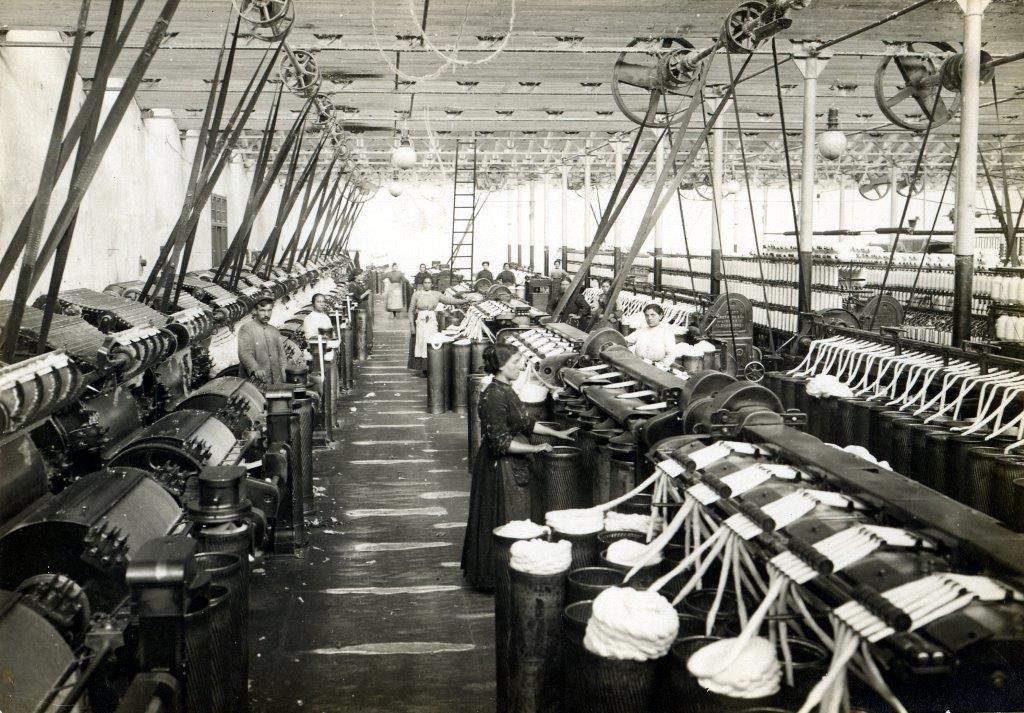 Mujeres trabajando en La Algodonera de Gijon. Cuando se fund�, en el a�o 1899, empleaba a cuatrocientas mujeres y a cuarenta hombres..jpg