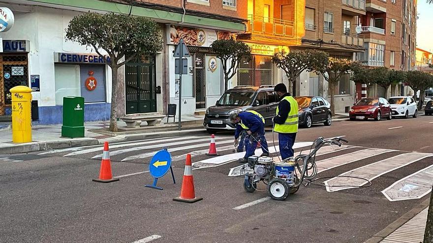 Continúan los trabajos de pintura de marcas viales en Benavente