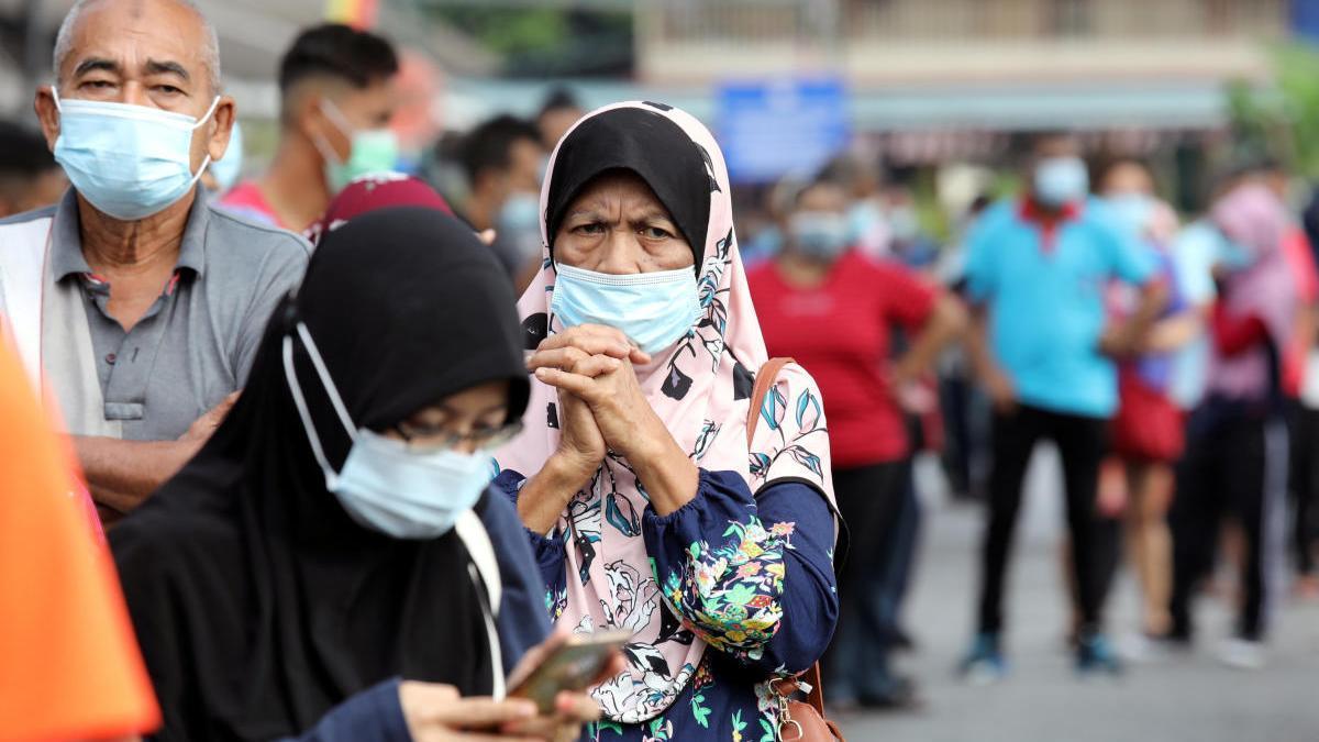 Cola de ciudadanos en Malasia.