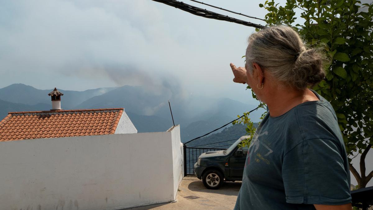 Un vecino de Algatocín muestra la columna de humo del incendio  de Sierra Bermeja.