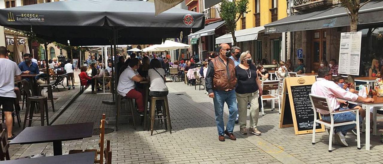 Terrazas de la calle San Pelayo, en Cangas de Onís. | María Villoria