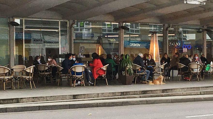 Vendedores del mercado temen un traslado por la ocupación hostelera en el exterior de la plaza polesa