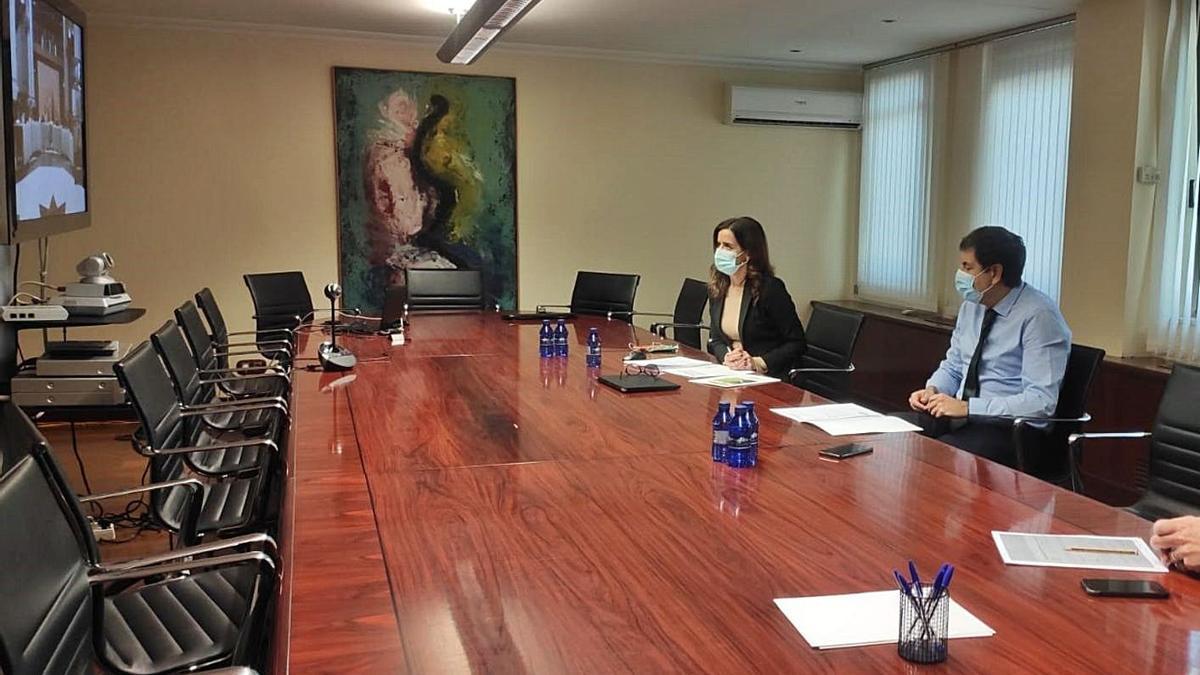La consejera de Empleo, Ana Carlos Amigo, (izquierda ) y junto a ella, el de Economía y Hacienda, Carlos Fernández  Carriedo.   Europa Press