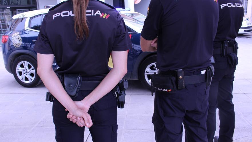 La policía realiza un torniquete con una correa y un boli a un vecino de Alzira