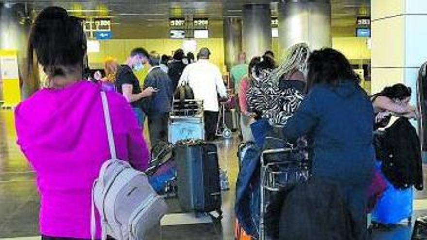Pasajeros en el embarque del Aeropuerto de Gran Canaria. | | A. CRUZ
