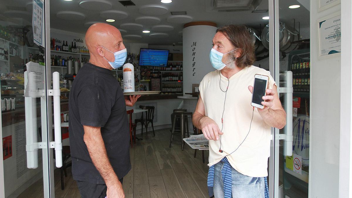 Un cliente muestra al camarero su certificado de vacunación en Ourense