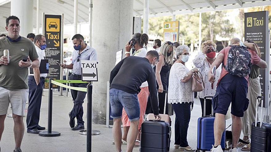Aumenta el control sobre los taxis 'piratas' en el aeropuerto de Palma para frenar tensiones