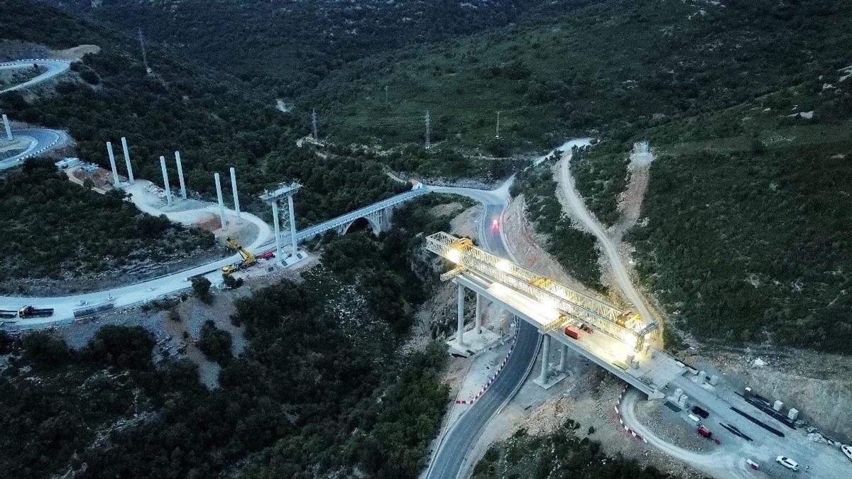 Las obras del futuro viaducto que salvará el barranco de la Bota, con 60 metros de altitud, ya están en marcha