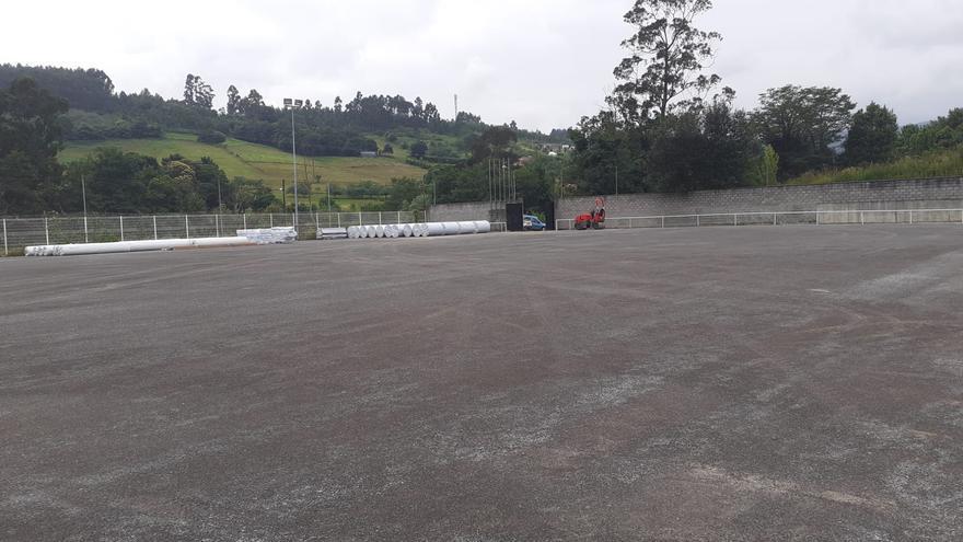 Comienza la instalación del césped artificial del campo de fútbol de La Luz