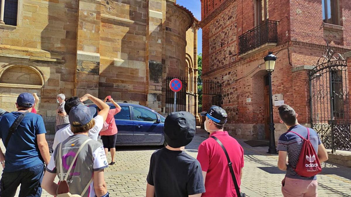Los participanes observan el escudo de la Casa de Cultura, al que arrancaron la corona en la Segunda República. | |  E. P.