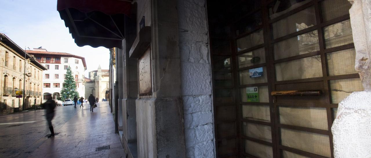 Un bar cerrado en Oviedo.