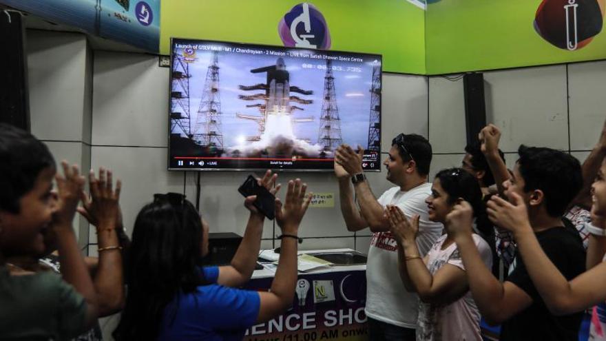 La India lanza con éxito su misión al polo sur de la luna