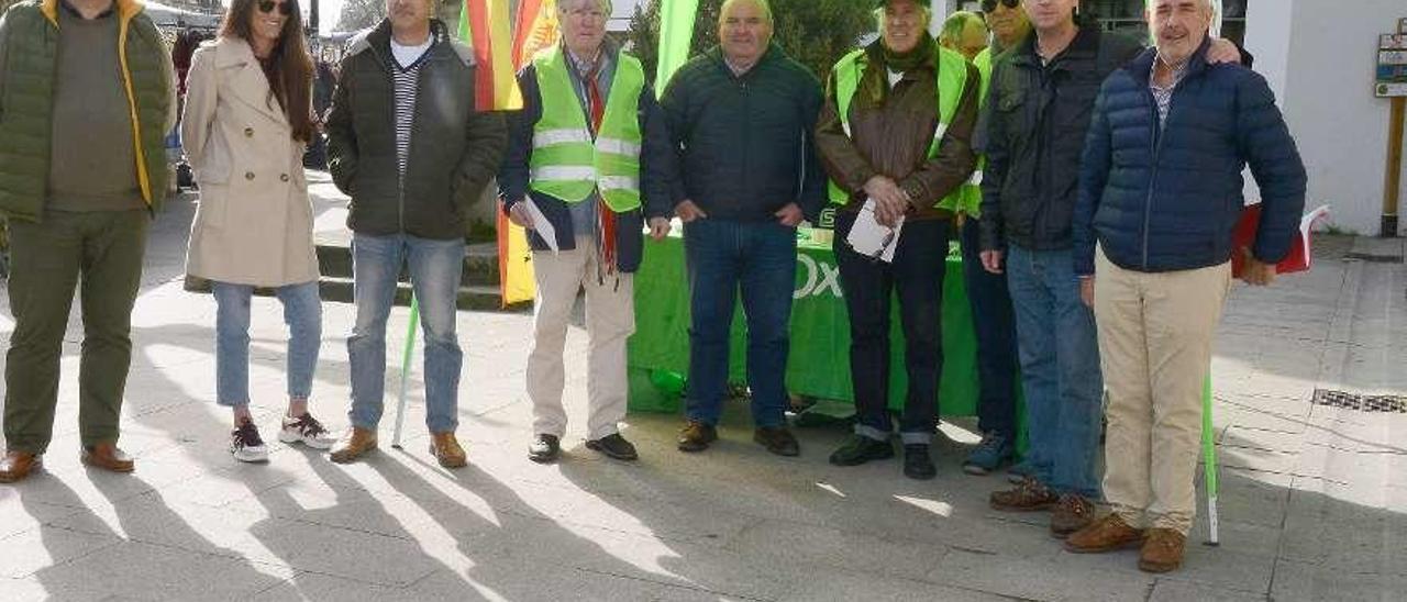 Miembros de Vox en la carpa instalada ayer en la Praza do Arco. // Gonzalo Núñez