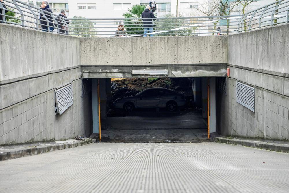 Se hunde un parque infantil sobre el aparcamiento de una urbanización de Santander.
