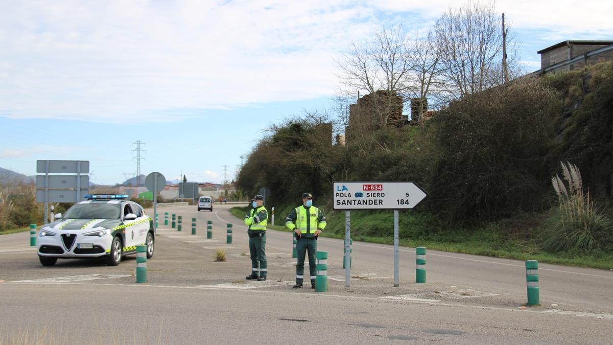 Control de la Guardia Civil a la salida de Gijón hacia Siero.