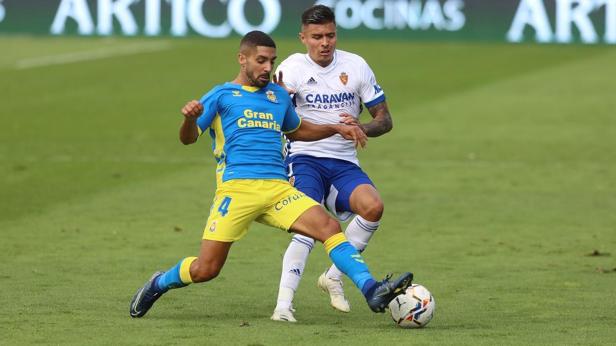 Juanjo Narváez, en el partido ante Las Palmas en la primera vuelta junto a Álex Suárez.