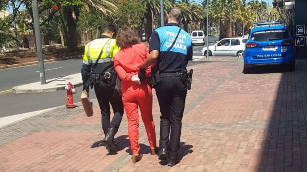 Momento de la detención de la mujer que se negó a usar la mascarilla